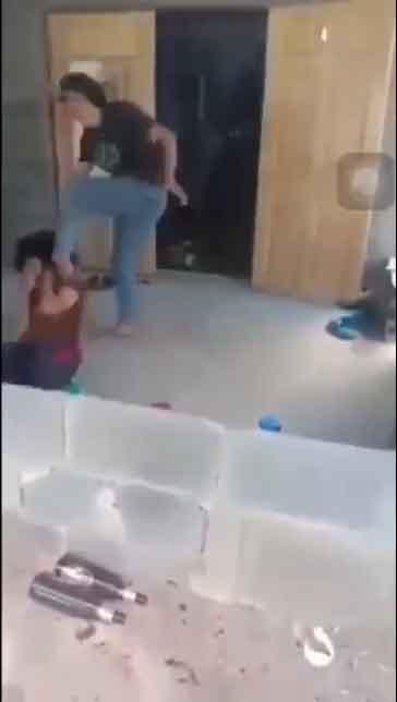 ฉาวว่อน!สาวรุ่นพี่พาพวก3คนบุกตบ นร.หญิงอายุ15ถึงในบ้านเหตุแย่งผู้ชาย