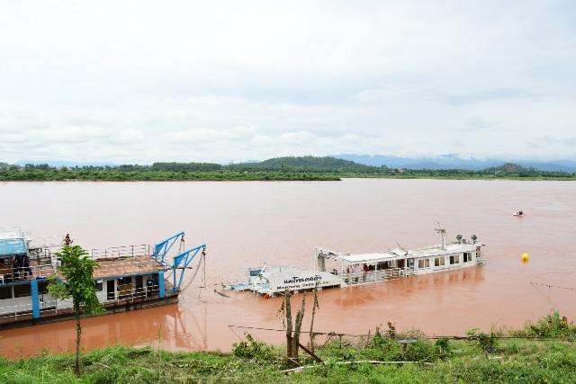 ระดมพลกู้เรือไทยจมน้ำโขงตั้งลำสำเร็จ ซีล ทร.ดำผูกสลิงยกก่อนเร่งสูบน้ำออก