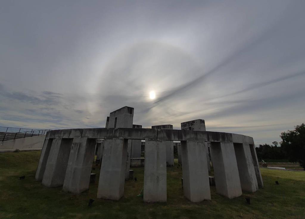 ภาพปรากฏการณ์ดวงอาทิตย์ทรงกลด เหนือสโตนเฮนจ์ บริเวณหอดูดาวเฉลิมพระเกียรติ 7 รอบ พระชนมพรรษา ฉะเชิงเทรา