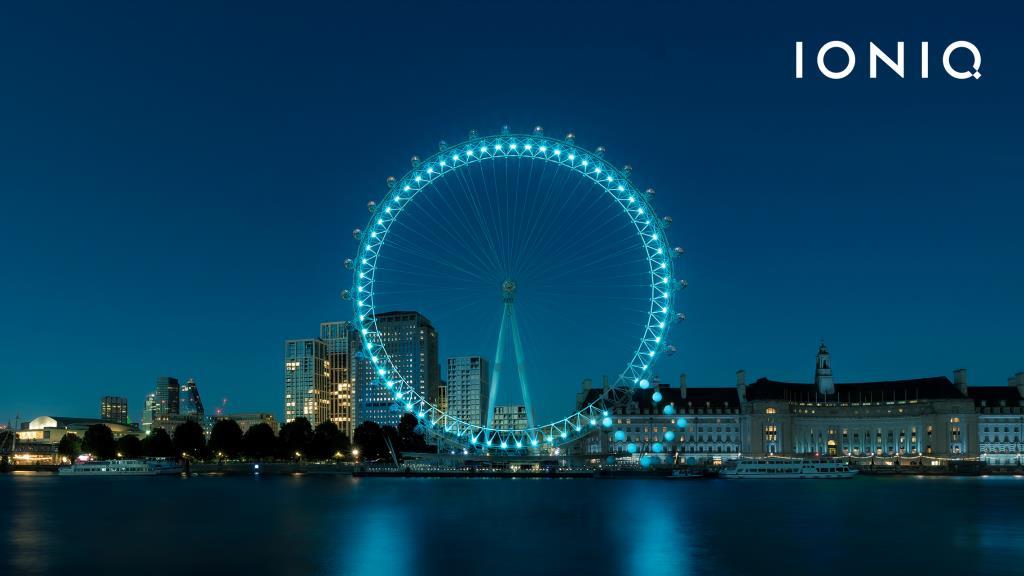 """ฮุนไดฉลองการเปิดตัว ไอออนิค ด้วยการเปลี่ยน London Eye เป็นตัวอักษร """"Q"""" ขนาดใหญ่ โดยใช้แสงไฟในการประดับ ก่อนทำการเปิดสถานที่ท่องเที่ยวที่ได้รับความนิยมอย่างเป็นทางการอีกครั้ง"""