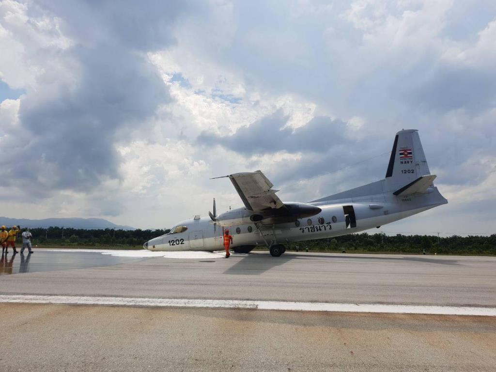 เครื่องบินกองทัพเรือ จอดฉุกเฉินสนามบินนราธิวาส ล้อหน้าไม่กาง โชคดีผู้โดยสารปลอดภัย