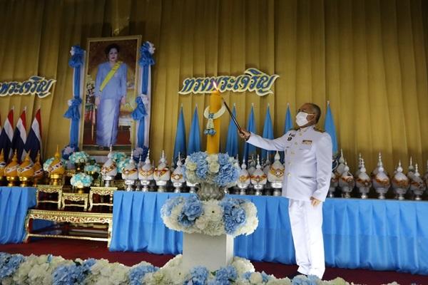 พสกนิกรชาวไทย ร่วมพิธีถวายเครื่องราชสักการะและจุดเทียนถวายพระพรชัยมงคล