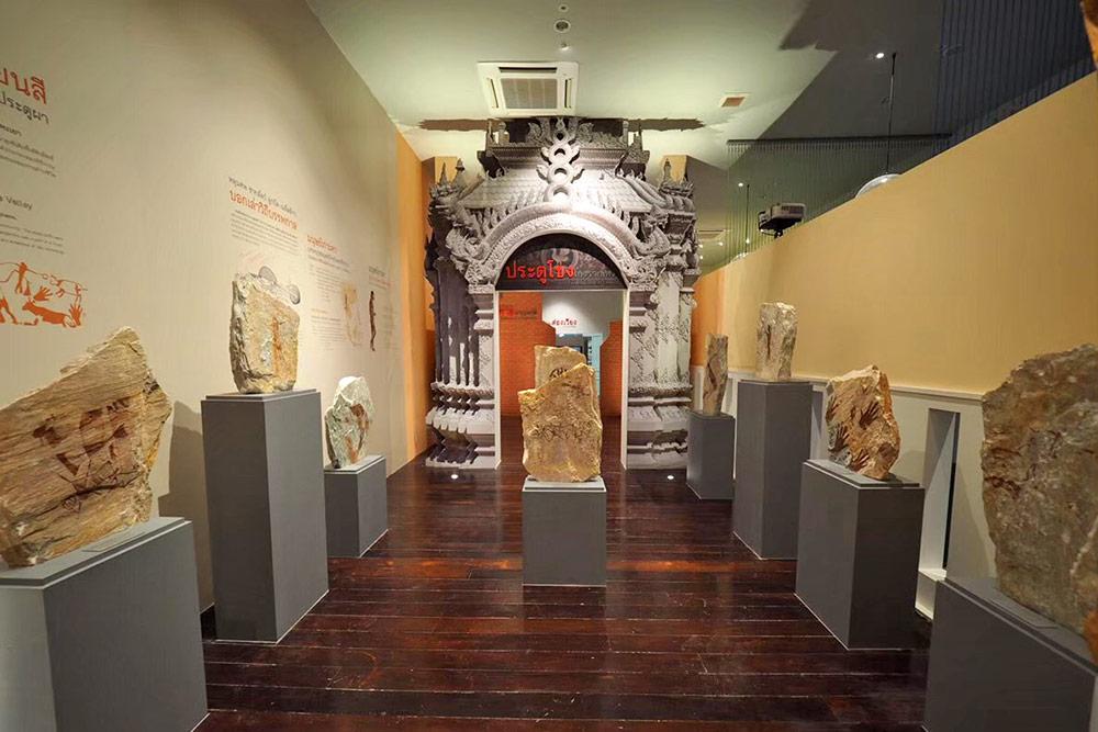 การจัดแสดงเกี่ยวกับซุ้มประตูโขง และศิลปวัตถุโบราณ
