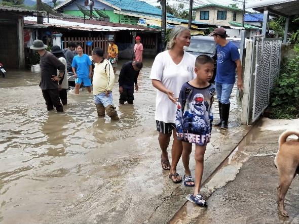 ฝนหนักตลอดคืนทำหลายพื้นที่เมืองจันท์อ่วม บ้านเรือนประชาชน-สวนผลไม้เสียหายเพียบ