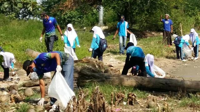 Plogging หน้าหาดรูสะมิแล กับจิตอาสา Trash Hero Pattani