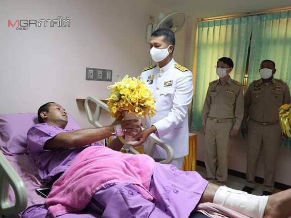 รองผู้ว่าฯ ปัตตานี อัญเชิญแจกันดอกไม้-ตะกร้าสิ่งของพระราชทาน มอบแก่ จนท.บาดเจ็บจากเหตุปะทะ