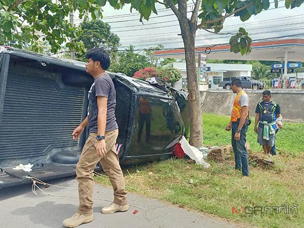 สลด! กระบะพุ่งชนท้ายรถจอดริมถนนที่พัทลุง ก่อนพุ่งชนต้นไม้ริมทางคนขับดับคาที่