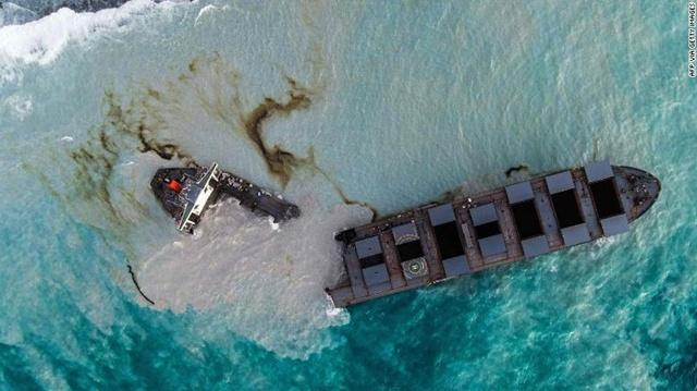 เรือบรรทุกน้ำมันเกยตื้น ที่ชายฝั่งมอริเชียส ล่าสุดขาดสองท่อน น้ำมันรั่วลงทะเลกว่า 1,180 ตัน 'ดร.ธรณ์'หวั่นผลกระทบแนวปะการัง