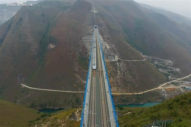 เส้นทางรถไฟความเร็วสูงเชื่อมระหว่างนครเซี่ยงไฮ้และนครคุนหมิงในมณฑลยูนนาน เป็นเส้นทางเชื่อมมหานครจากชายฝั่งตะวันออกสู่ภาคตะวันตกเฉียงใต้ของประเทศซึ่งเป็นประตูสู่อาเซียน  ความยาวเส้นทางนี้ เท่ากับ 2,066 กิโลเมตร เปิดบริการเดินรถฯเมื่อเดือนธ.ค.2016  (แฟ้มภาพ ซินหวา)
