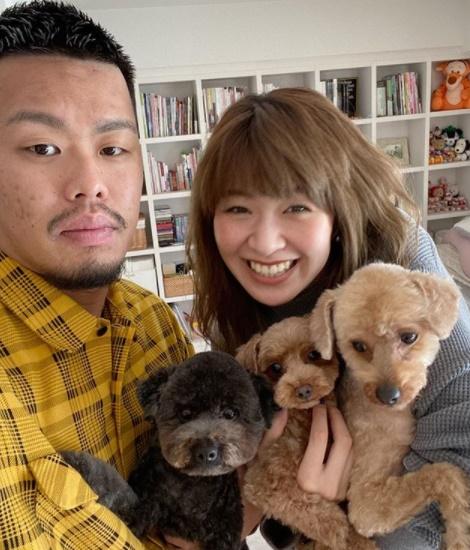 ซาโอริ คิมูระ พร้อมสามี และน้องหมาของเธอ