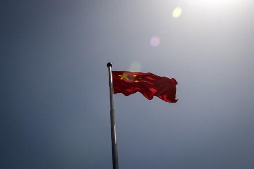 """(ชมภาพ) """"ทูตจีน"""" โดนรุมสวด หลังภาพหลุดเดินเหยียบหลังชาวคิริบาส"""