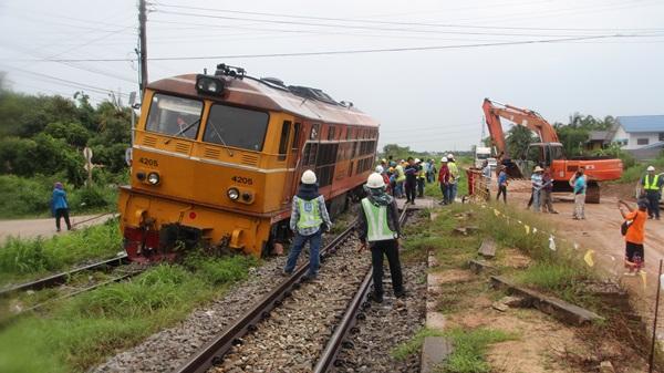 ระทึกทั้งขบวน!!  ผู้โดยสารรถไฟกว่า 200 คนตื่นตระหนกรถไฟตกรางที่สถานีบ้านคูบัว