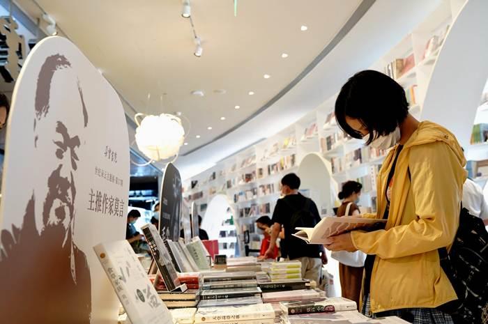 ประชาชนอ่านหนังสือภายในร้านหนังสือตัวอวิ๋น นครเซี่ยงไฮ้ ภาพวันที่ 16 ส.ค. 2020--แฟ้มภาพซินหัว