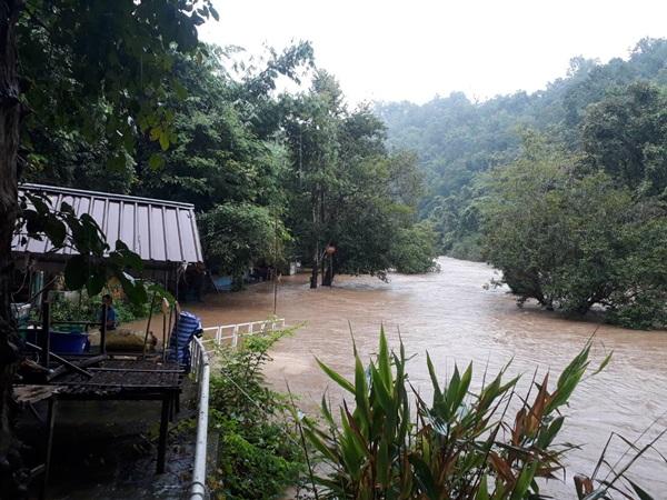 ชาวแพ สังขละบุรี งดรับ นักท่องเที่ยว 1-2 หลังฝนตกหนัก