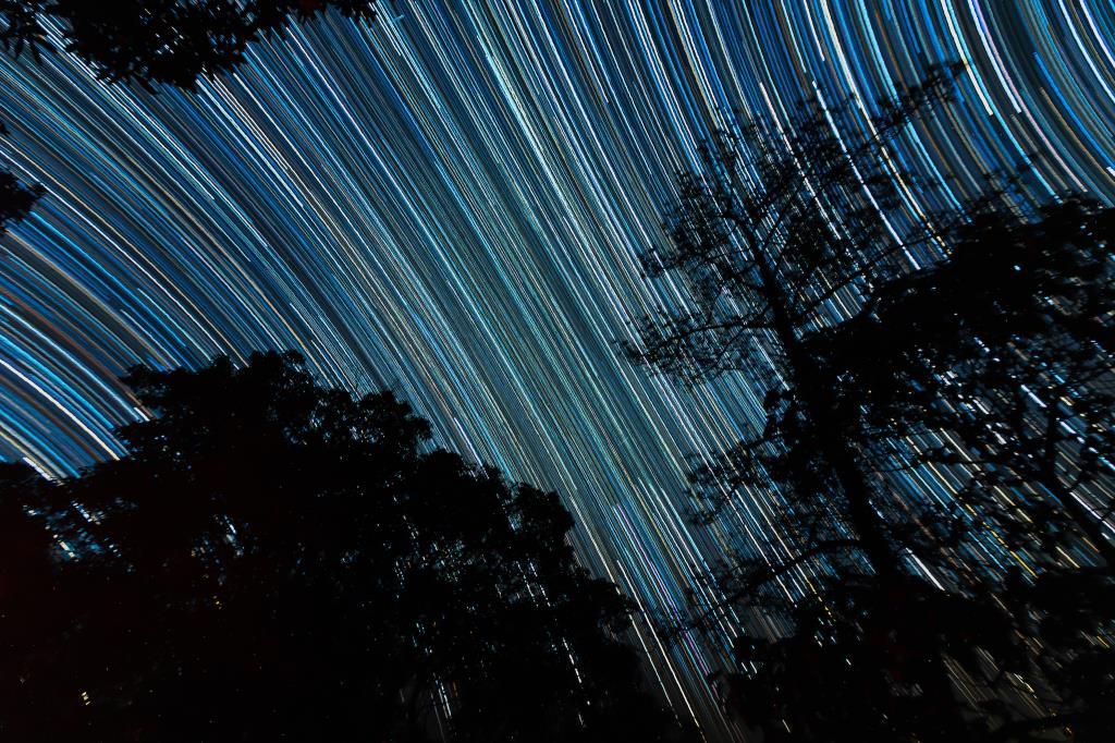 ภาพเส้นแสงดาว (Star Trails) ทางทิศตะวันตก (ภาพโดย : ศุภฤกษ์ คฤหานนท์ / Camera : Sony A7lll / Lens : Canon EF16-35mm f/2.8L II USM / Focal length : 16 mm. / Aperture : f/3.2 / ISO : 1600 / Exposure : 30sec x 405 images)