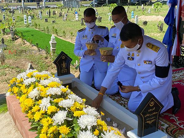 อัญเชิญดินพระราชทานโปรยบนหลุมฝังศพ อส.ทพ.ที่เสียชีวิตจากการปฏิบัติหน้าที่