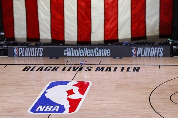 """""""บัคส์"""" บอยคอตต์เพลย์ออฟ ต้านเหยียดผิว NBA สั่งเลื่อนแข่งเกม 5 ทั้ง 3 คู่"""