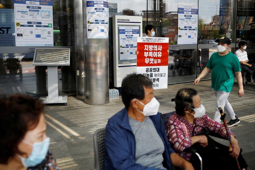 'เกาหลีใต้' ติดเชื้อพุ่งวันเดียว 441 ราย รัฐวอนภาคธุรกิจให้พนง. 'ทำงานจากบ้าน'