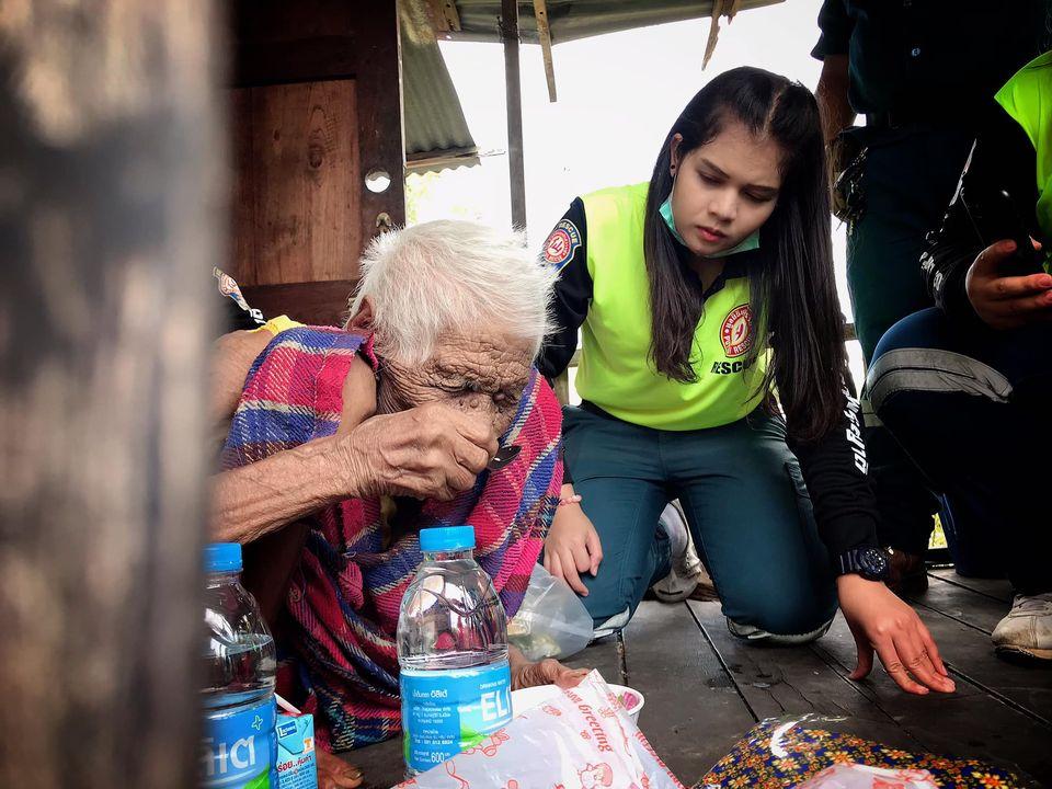 บีบหัวใจ! ยายวัย 103 ปี อาศัยกับลูกป่วยออทิสติก สุดน่าสงสาร ด้านกู้ภัยระดมพลช่วยเหลือ
