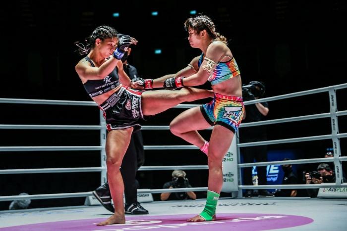 """""""แสตมป์""""พ่ายสาวแซมบ้าเสียแชมป์โลก ONE มวยไทย"""
