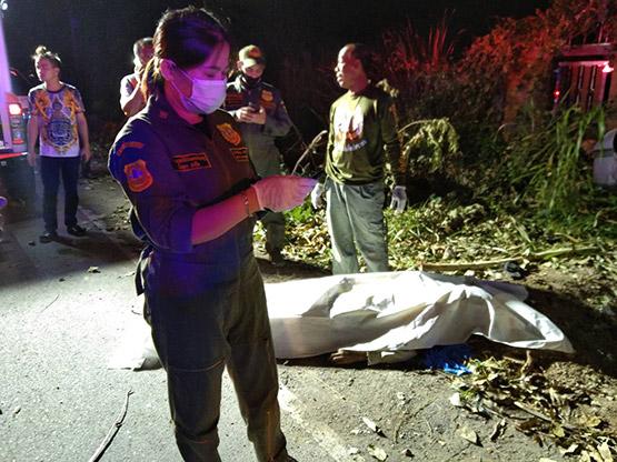 รถเก๋งเสียหลักชนต้นไม้ซอยโรงถั่วเมืองนนท์ เสียชีวิต 1 เจ็บ 5