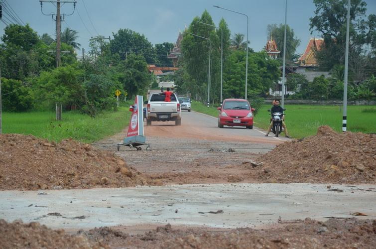 ชาวบ้านโวยอบจ.กาฬสินธุ์ซ่อมถนนสร้างท่อลอด4เดือนไม่เสร็จ ทำชาวบ้าน/นักเรียนเดือดร้อนหนัก