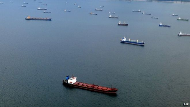 เรือสินค้าในช่องแคบมะละกา - ภาพ AFP
