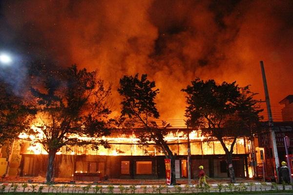 หนีตาย!! เพลิงไหม้บ้านเรือนประชาชนและโกดังเก็บสินค้าริมถนนพัทยาเหนือ
