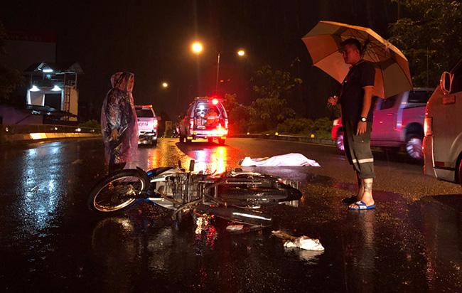 ฝนตกหนักถนนลื่นหนุ่มใหญ่ ขี่จยย.ไปทำงาน เสียหลักหัวฟาดพื้นดับคาที่