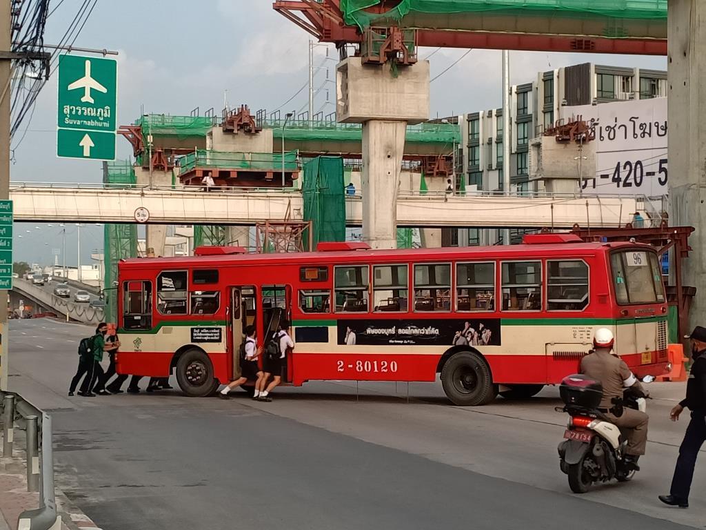สามัคคีคือพลัง! นักเรียนร่วมใจเข็นรถเมล์จอดเสียกลางถนน เพื่อไม่ให้กีดขวางทางจราจร