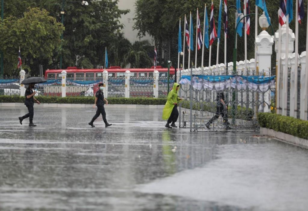กระหน่ำทั่วไทย! เตือนกลาง-ตะวันออก-อีสานตอนล่าง-ใต้ ฝนตกหนัก ระวังน้ำท่วมฉับพลัน-น้ำป่า กทม.โดนร้อยละ 40