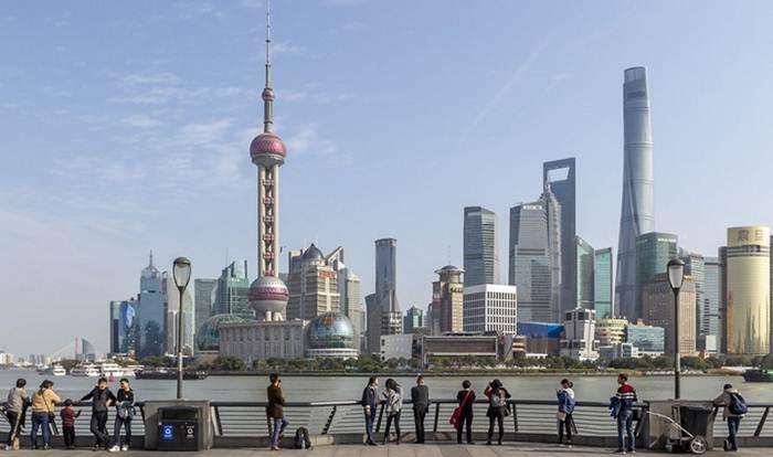 นักท่องเที่ยวชมเส้นขอบฟ้า ณ ย่านลู่เจียจุ่ย เดอะบันด์ นครเซี่ยงไฮ้ ทางตะวันออกของจีน วันที่ 6 ม.ค. 2020--แฟ้มภาพซินหัว