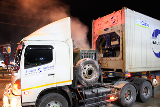 ไฟไหม้เครื่องทำความเย็นรถเทเลอร์บรรทุกตู้คอนเทนเนอร์หวิดวอดทั้งคัน
