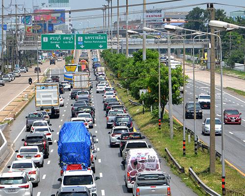 หยุดยาวแรงงานแห่กลับบ้าน ทำให้การจราจร ถนนพหลโยธินมีปริมาณรถเป็นจำนวนมาก