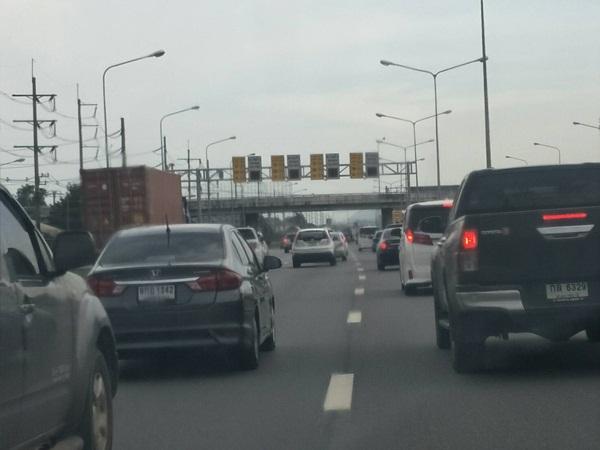 ท่องเที่ยวตะวันออกแน่น รถติดมอเตอร์เวย์สาย 7 ตั้งแต่เช้า สถานที่ท่องเที่ยวทุกแห่งเต็ม