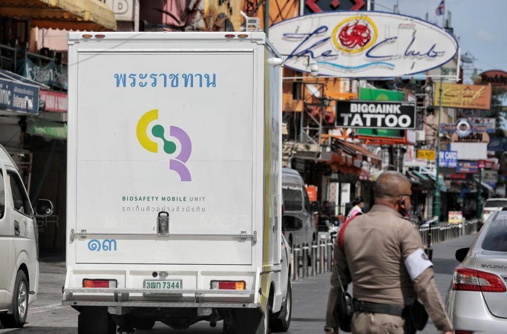 รถโมบายพระราชทาน หมายเลข 13 ลงพื้นที่ถนนข้าวสารเพื่อตรวจหาเชื้อโควิด-19 ให้ประชาชน