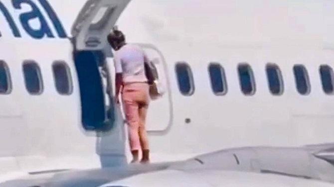 อากาศมันร้อน!ผู้โดยสารทำช็อคเปิดประตูฉุกเฉินเครื่องบิน ออกไปนั่งเล่นบนปีกหน้าตาเฉย(ชมคลิป)