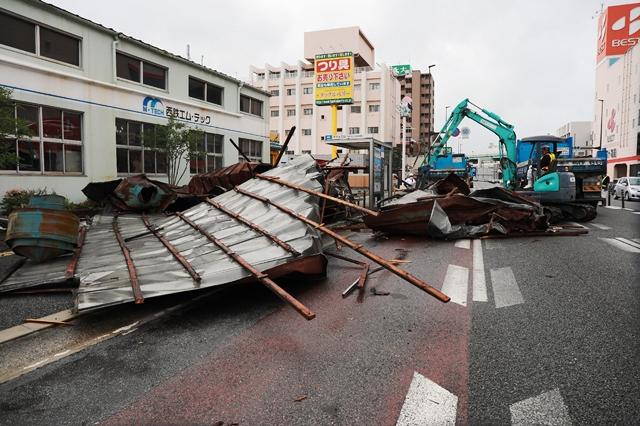 """ไต้ฝุ่น """"ไห่เสิน"""" เคลื่อนพ้นญี่ปุ่น คิวชูเตรียมฟื้นคืนระบบไฟฟ้า คมนาคม"""