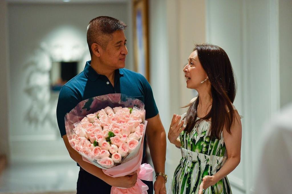 """จะเป็นยังไง! เมื่อ """"มาดามแป้ง"""" ได้รับดอกไม้ช่อใหญ่"""