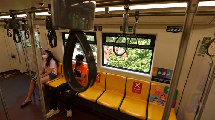ประชาชนโดยสารรถไฟฟ้าในกรุงเทพ เมื่อวันที่ 6 เม.ย. 2020--แฟ้มภาพซินหัว