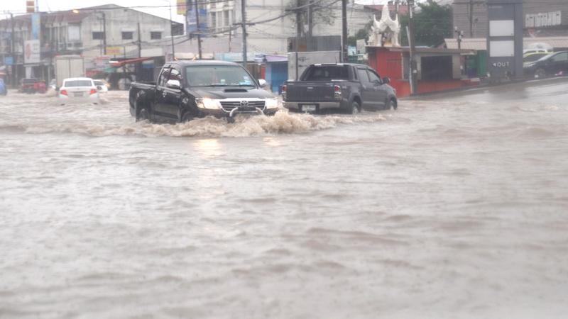 ฝนซัดชั่วโมงเดียวถนนแทบทุกสายในเมืองขอนแก่นน้ำท่วม-ขยะเยอะอุดตันท่อระบาย