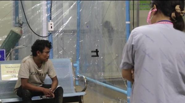 ผวา!! พบชายชาวพม่านอนหมดสติกลางถนน แจ้งเจ้าหน้าที่ นำตัวส่ง ร.พ.สังขละบุรี เกรงเป็นชาวพม่าหลบหนีเข้าเมือง