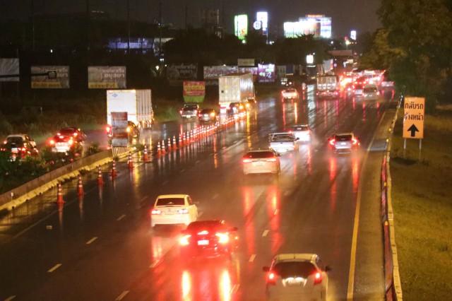 ถนนสายเอเชียยังแน่นท่ามกลางฝนกระหน่ำ คาดว่าการจราจรคงหนาแน่นคลอดทั้งคืน