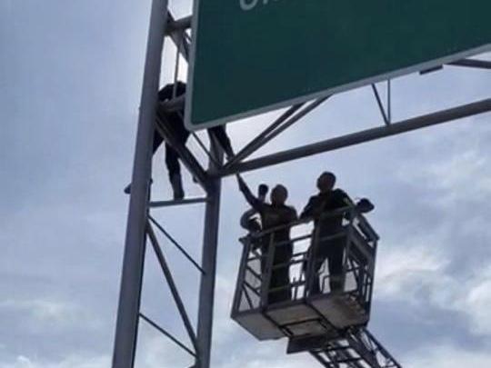 ชายเครียดหนี้นอกระบบปีนป้ายบนสะพานพระราม 3 หวังโดดฆ่าตัวตาย สุดท้ายเกลี้ยกล่อมสำเร็จ