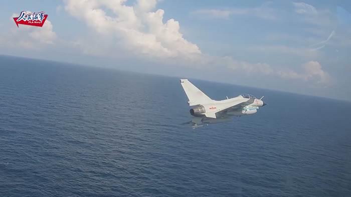 ชมคลิป นักบินใหม่แห่งทัพเรือจีนโชว์บินเดี่ยวเรี่ยผิวน้ำสุดเร้าใจ