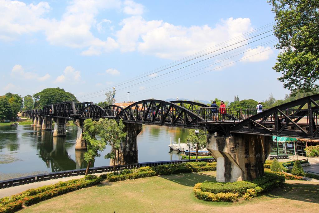 แวะถ่ายรูปสะพานข้ามแม่น้ำแคว