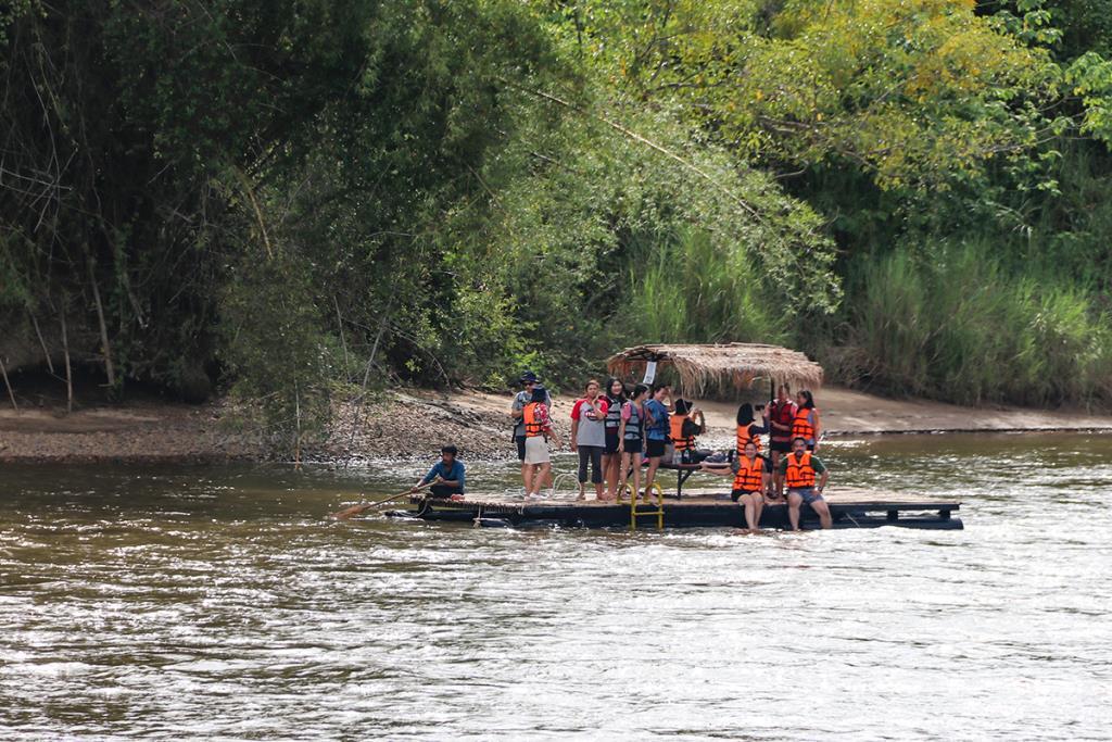 ล่องแพไม้ไผ่ กิจกรรมยอดฮิตของการท่องเที่ยวบริเวณไทรโยค