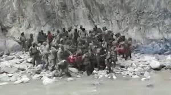นาทีโหด!!แพร่คลิปทหารอินเดียกับจีนใช้ท่อนไม้-หินเข้าปะทะตามแนวชายแดน(ชมวิดีโอ)