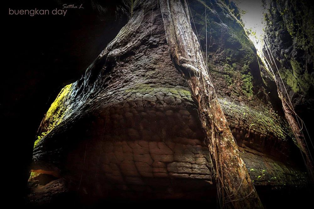 หินลวดลายคล้ายเกล็ดพญานาคแห่งถ้ำนาคา เกิดจากปรากฏการณ์ซันแครก (ภาพ : เพจ Buengkan day)