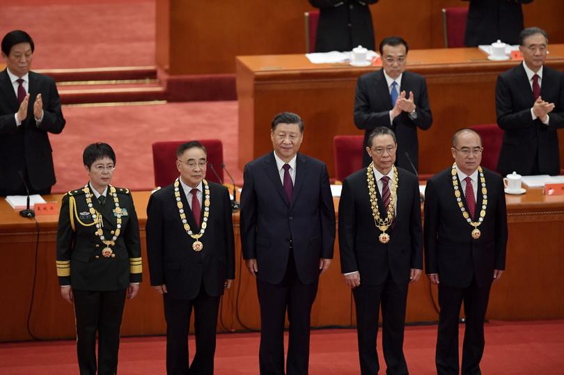 ประธานาธิบดี สี จิ้นผิง ของจีนถ่ายภาพร่วมกับบุคลากรทางการแพทย์ดีเด่น ซึ่งได้รับรางวัลในพิธีฉลองชัยชนะปราบโควิด-19 ณ มหาศาลาประชาชน กรุงปักกิ่ง เมื่อวันที่ 8 ก.ย.
